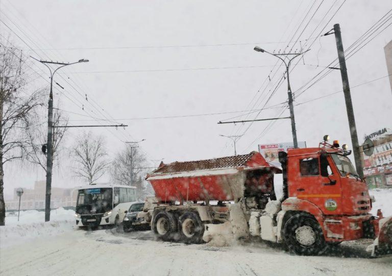 В Йошкар-Оле за прошедшие сутки было убрано 1096 кубов снега