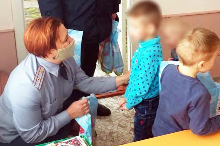 В Йошкар-Оле сотрудники ИК-3 подарили детям-сиротам подарки