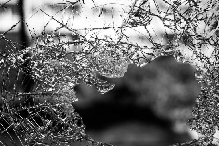 38-летний кировчанин кулаком разнес дверь ТЦ на улице Кремлевской в Йошкар-Оле