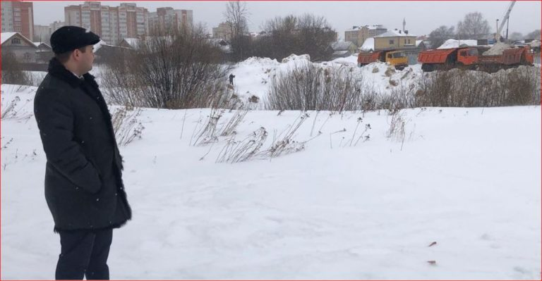 В Йошкар-Оле «Единая Россия» взяла инцидент с трактором, сталкивающим мусор со стройплощадки в пруд, под контроль
