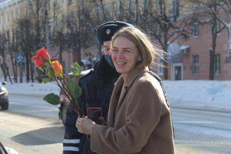 Полиция дарила букеты роз у площади Ленина в Йошкар-Оле