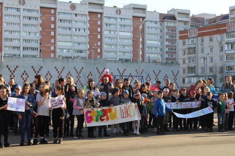Семейный субботник прошел на территории школы №31 в Йошкар-Оле