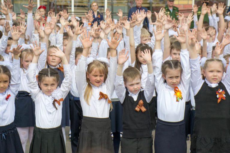 В Йошкар-Оле в 31 школе около 200 учеников начальных классов станцевали танец, посвященный трагическим событиям в Казани