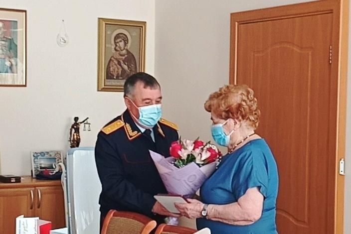 В Йошкар-Оле сотрудники следкома вручили награду врачу