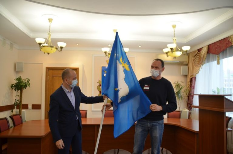 Мэр Йошкар-Олы вручил флаг города прославленному квадроциклисту Александру Максимову