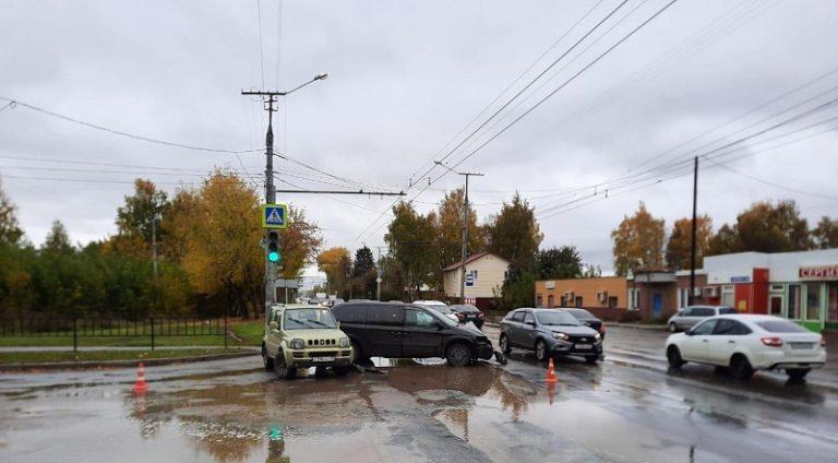В Йошкар-Оле на перекрестке столкнулись 2 иномарки
