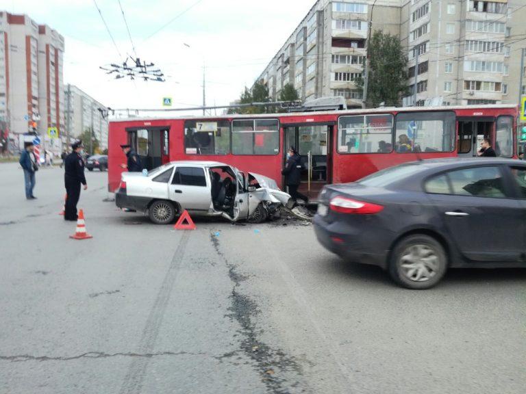 В Йошкар-Оле на перекрестке в Сомбатхее столкнулись троллейбус и иномарка